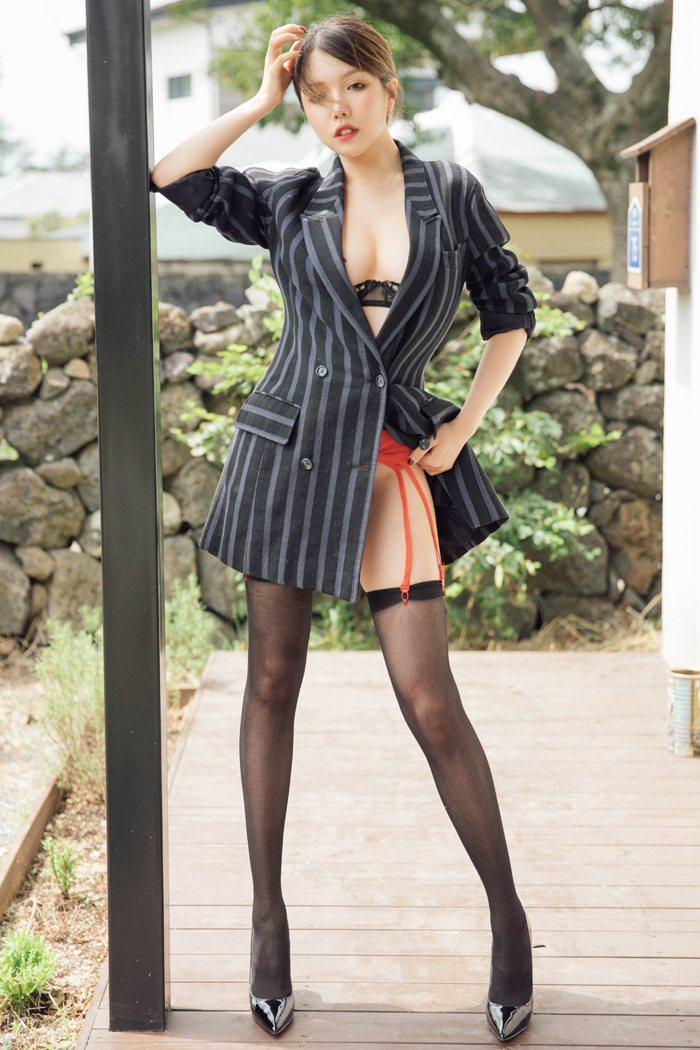 热裤短裤徐微微郊外一身透明薄纱绣色可餐 内衣mm-第2张