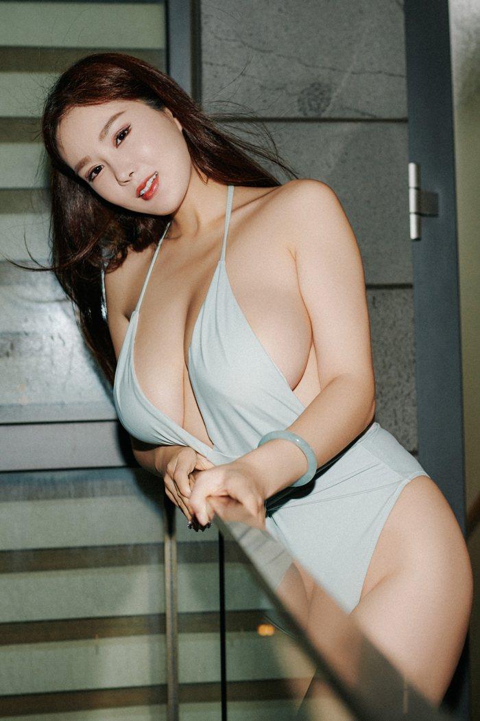 性感迷人人妇刘娅希丰胸翘臀淡墨大眼睛美丽动人 内衣mm-第1张